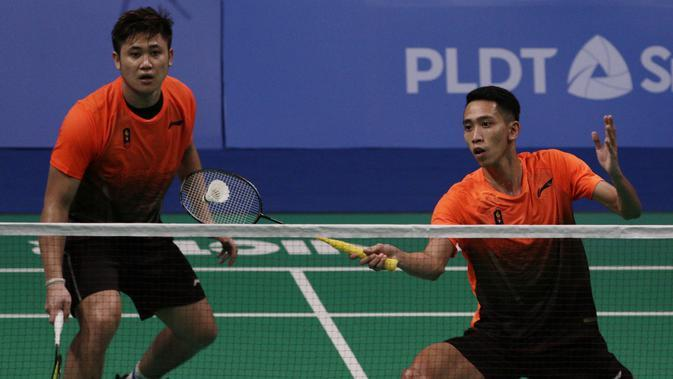 Ganda putra Indonesia, Wahyu Nayaka / Ade Yusuf, mengembalikan kok saat melawan Ong Yew Sin / Teo Ee Yi pada final beregu SEA Games 2019 di Multinlupa Sport Center, Rabu (4/12). Wahyu / Ade menang 21-15 dan 21-19. (Bola.com/M Iqbal Ichsan)
