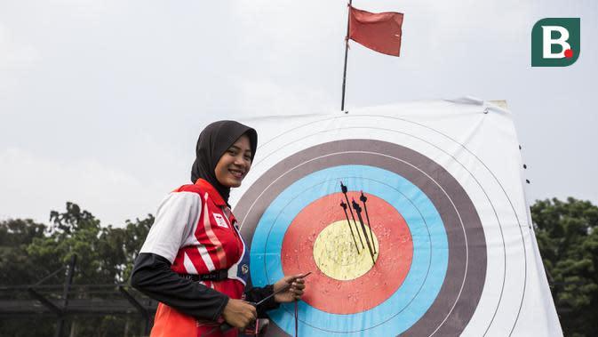 Pepanah Indonesia, Diananda Choirunisa, saat pemusatan latihan jelang Asian Games XVIII di Lapangan Panahan Senayan, Jakarta, Rabu (6/6/2018). Cabang panahan menargetkan satu medali emas pada Asian Games. (Bola.com/Vitalis Yogi Trisna)
