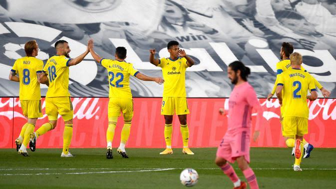 Para pemain Cadiz merayakan gol yang dicetak oleh Anthony Lozano ke gawang Real Madrid pada laga Liga Spanyol di Stadion Alfredo Di Stefano, Minggu (18/10/2020). Real Madrid takluk dengan skor 1-0. (AFP/Pierre- Philipe Marcou)