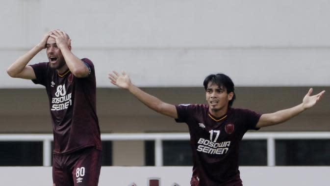 Pemain PSM Makassar, Wiljan Pluim dan Rasyid Bakri tampak kecewa saat melawan Becamex Binh Duong pada laga semifinal Zona ASEAN Piala AFC 2019 di Stadion Pakansari, Rabu (26/6). PSM menang 2-1 atas Becamex Binh Duong. (Bola.com/M Iqbal Ichsan)