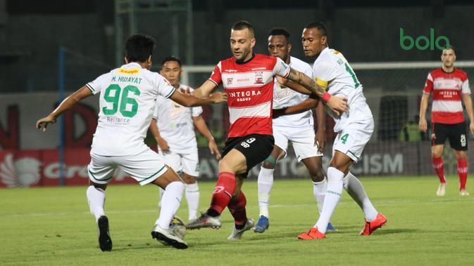 Persebaya Surabaya mengalahkan Madura United 3-2 di Stadion Gelora Bangkalan, Senin (2/12/2019). (Bola.com/Aditya Wany)
