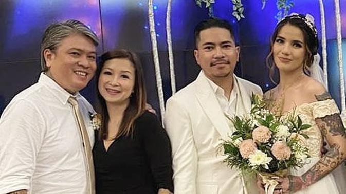 Beberapa potret pernikahan tersebar di media sosial. Diantaranya yang membagikan potret bahagia tersebut akun @ bang_hank_key. Ia membagikan beberapa potret saat mengucap janji dan pesta nikah. (Instagram/bang_hank_key)