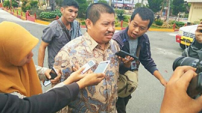Bupati Bengkalis Amril Mukminin usai diperiksa penyidik KPK dalam proyek jalan beberapa waktu lalu. (Liputan6.com/M Syukur)