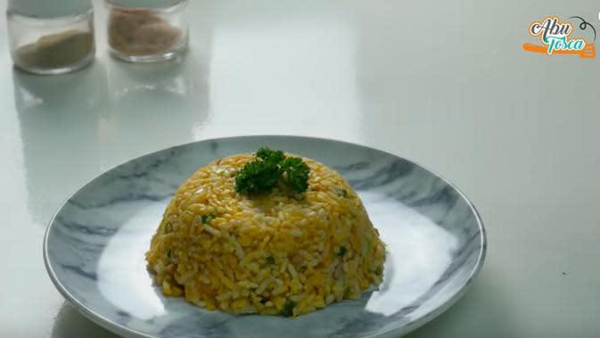Resep nasi campur telur. (dok. Youtube Abu Tosca/https://www.youtube.com/watch?v=uBQ7cGk_Yg8&feature=youtu.be/Adhita Diansyavira)