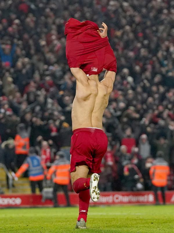 Penyerang Liverpool, Mohamed Salah melakukan selebrasi setelah mencetak gol kedua untuk timnya ke gawang Manchester United (MU) pada lanjutan pertandingan Liga Inggris di Anfield, Minggu (19/1/2020). Menghadapi tamunya MU di Anfield, Liverpool menang dengan skor 2-0. (AP/Jon Super)