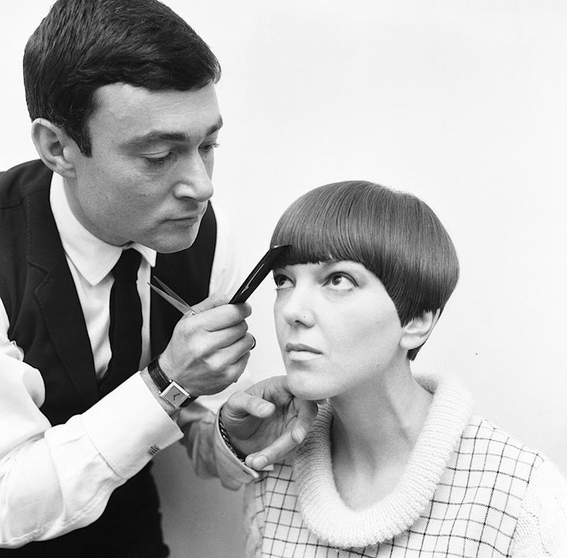 vidal sassoon giving woman short haircut