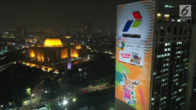 Maskot Asian Games 2018, Atung terpampang di video mapping atau layar bergerak di Gedung Utama Pertamina, Jakarta, Kamis (5/7). Paduan warna dan ukuran raksasa diharapkan menjadi ikon yang memancarkan energi bagi masyarakat. (Liputan6.com/Arya Manggala)