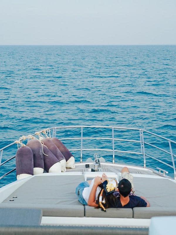 Tidak hanya Al Ghazali dan Dul Jaelani yang membagikan potret kemesraan di atas kapal. Tapi juga Alyssa yang membagikan empat foto ketika di atas kapal. (Instagram/alyssadaguise)