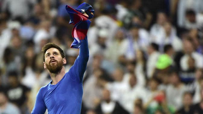 Bintang Barcelona, Lionel Messi, merayakan gol yang dicetaknya ke gawang Real Madrid pada laga La Liga Spanyol di Stadion Santiago Bernabeu, Madrid, Minggu (23/4/2017). (AFP/Gerard Julien)