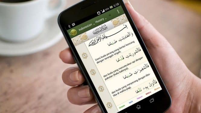 Bagaimana Hukumnya Baca Alquran di Handphone?