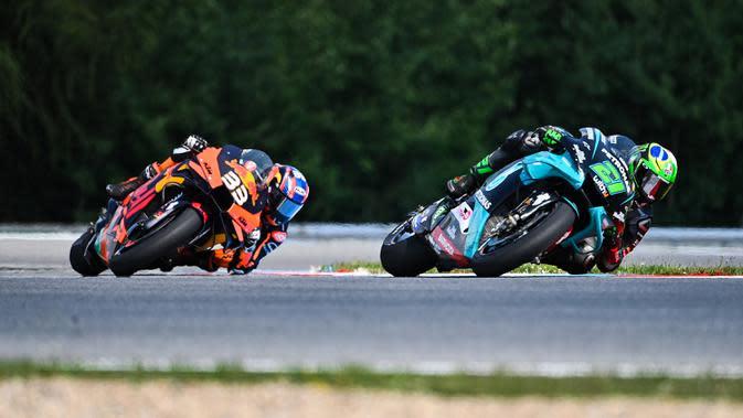 Pembalap Yamaha asal Italia Franco Morbidelli (dapan) dan pembalap KTM asal Afrika Selatan Brad Binder bersaing dalam MotoGP Ceko di Sirkuit Masaryk, Brno, Republik Ceko, Minggu (9/8/2020). (Joe Klamar/AFP)