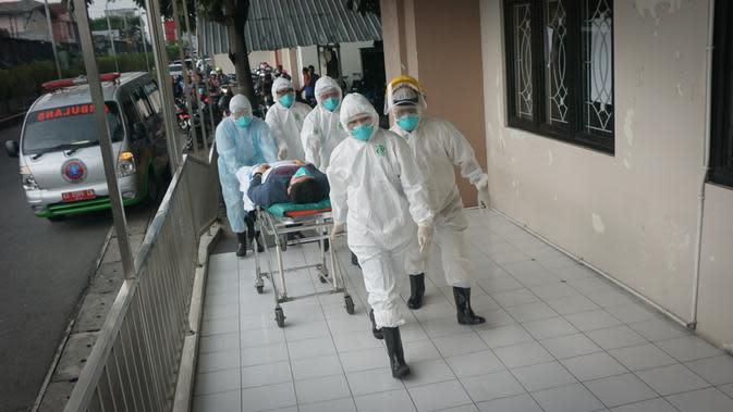 Sejumlah tim medis RSUD dr Moewardi Solo sedang melakukan simulasi kesiapan penanganan pasien tertular virus corona.(Liputan6.com/Fajar Abrori)