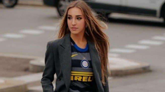 Bikin Gak Kedip, Model Seksi Peragakan Jersey Inter Milan