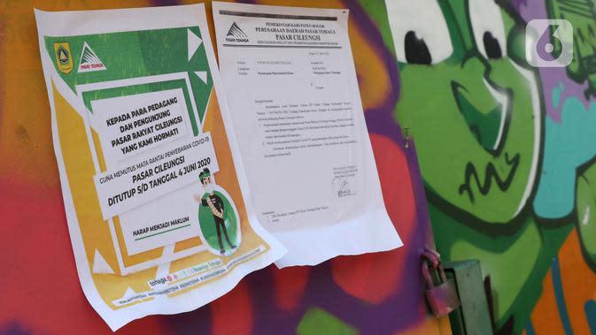 Selebaran sosialisasi penutupan sementara kawasan Pasar Cileungsi, Kabupaten Bogor, Selasa (2/6/2020). Penutupan sementara kegiatan jual beli di Pasar Cileungsi terkait adanya tujuh pedagang yang positif terinfeksi virus COVID-19. (Liputan6.com/Helmi Fithriansyah)