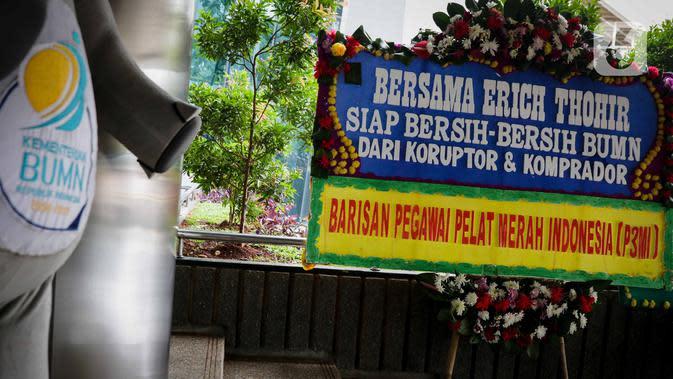 Karangan bunga terpampang di Kementerian BUMN, Kamis (16/1/2020). Kantor Menteri BUMN Erick Thohir kembali mendapat kiriman bunga berupa dukungan untuk menyelesaikan masalah PT Asuransi Jiwasraya (Persero). (Liputan6.com/Faizal Fanani)