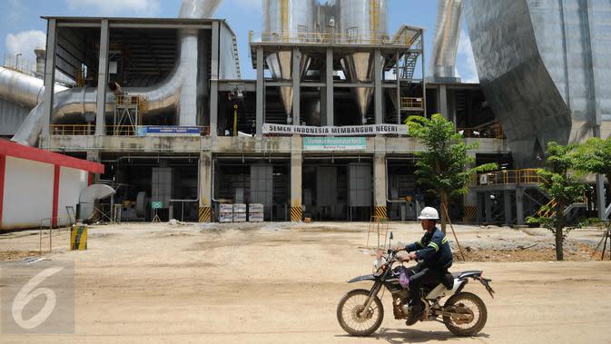 Pekerja melintasi area pabrik PT Semen Indonesia di Rembang, Jawa Tengah, Kamis (16/3). Meski mendapat penolakan dari sejumlah warga kendeng, PT Semen Indonesia menyatakan siap secara resmi mengoperasikan pabrik semennya. (Liputan6.com/Gempur M Surya)