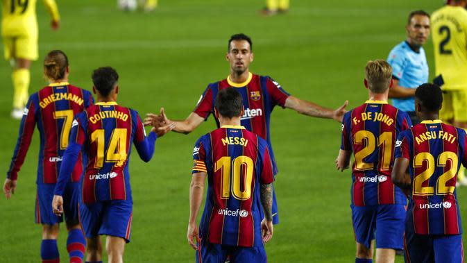 Bintang Barcelona, Lionel Messi (tengah), berselebtasi bersama rekan-rekannya pada laga Liga Spanyol di Camp Nou, Senin (28/9/2020) dini hari WIB. (AP Photo/Joan Monfort)