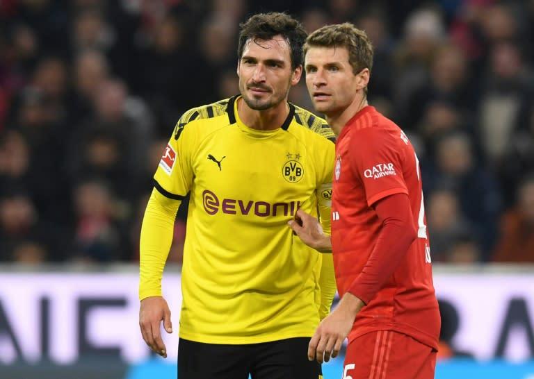 Mueller (R) marks Hummels (L) during Saturday's Bundesliga clash at the Allianz Arena