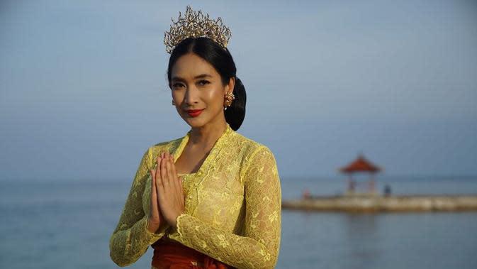 Berbusana Bali bukan hal aneh bagi Happy Salma. Namun setiap penampilannya selalu berhasil menarik perhatian. Kalau yang satu ini, ia memakai kebaya berwarna kuning. Dari senyumannya, terpancar aura cantik dari perempuan yang satu ini. (Instagram/happysalma)