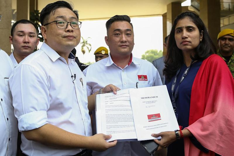 Ng Kiam Nam (left) hands over a memorandum to the Transport Ministry's public relation officer in Putrajaya October 10, 2019. — Picture by Yusof Mat Isa