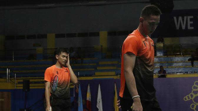 Ganda putra Indonesia, Fajar Rian / Muhammad Rian, tampak lelah saat melawan Aaron Chia / Soh Wooi Yik pada final beregu SEA Games 2019 di Multinlupa Sport Center, Rabu (4/12). Fajar / Rian kalah 17-21 dan 13-21. (Bola.com/M Iqbal Ichsan)