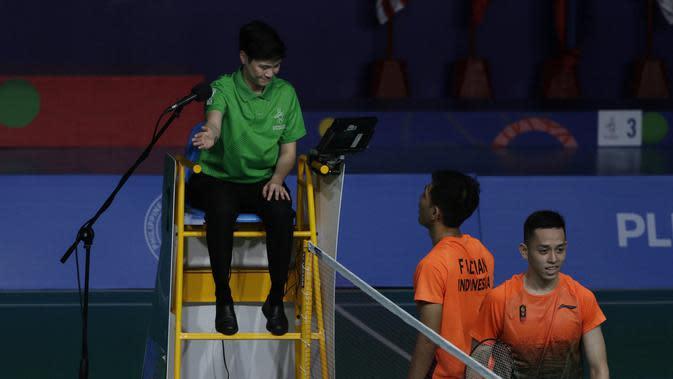 Ganda putra Indonesia, Fajar Rian / Muhammad Rian, melakukan protes saat melawan Aaron Chia / Soh Wooi Yik pada final beregu SEA Games 2019 di Multinlupa Sport Center, Rabu (4/12). Fajar / Rian kalah 17-21 dan 13-21. (Bola.com/M Iqbal Ichsan)