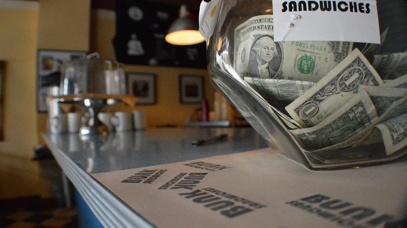 美國一家星巴克店員因拒絕服務未戴口罩的顧客遭Po網公審,反而獲約286萬台幣捐款 ,該顧客事後竟要求「對分」。