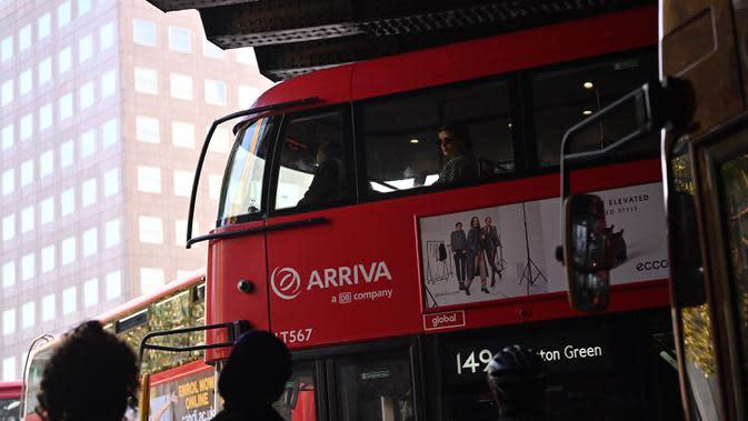 Seorang komuter duduk di dek atas bus, dekat London Bridge di London, Inggris, Selasa (15/9/2020). Tingkat pengangguran di Inggris mengalami kenaikan untuk pertama kalinya sejak penerapan karantina wilayah (lockdown) pada Maret, data resmi menunjukkan pada Selasa (15/9). (JUSTIN TALLIS/AFP)