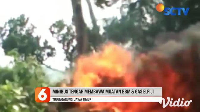 VIDEO: Minibus Angkut BBM Hangus Terbakar di Tulungagung, Sopir Berhasil Selamat