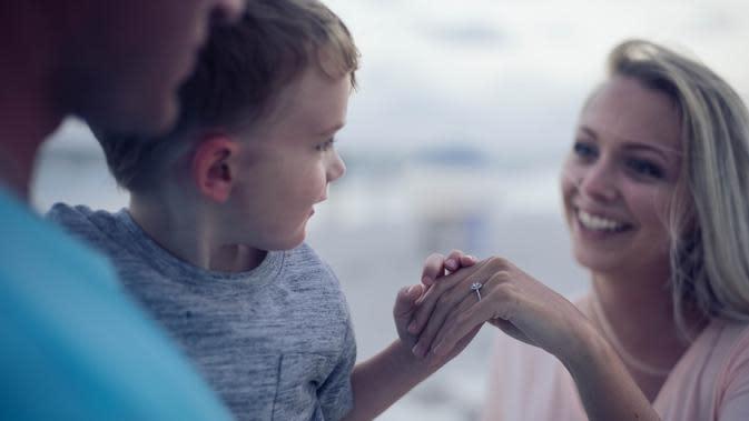 Orangtua dan anak (Photo by Jonathan Daniels on Unsplash)