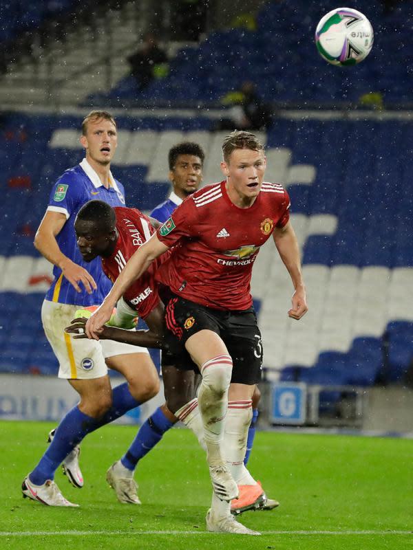 Gelandang Manchester United (MU), Scott McTominay mencetak gol pertama untuk timnya ke gawang Brighton Albion dalam lanjutan Piala Liga di Stadion Falmer, Kamis (1/10/2020) dinihari WIB. MU menang 3-0 atas Brighton Albion. (Matt Dunham/Pool via AP)