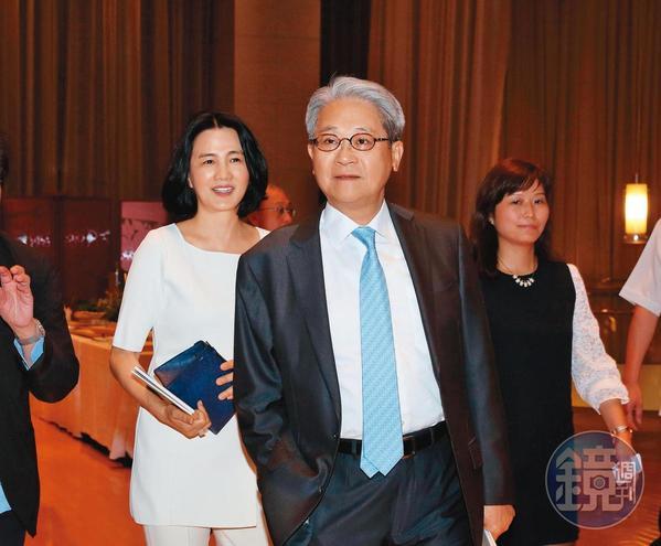 台新金董座吳東亮(中)拿保德信換彰銀,被外界稱為是划算的交易。