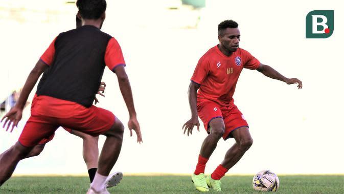 Mariando Uropmabin Djonak, satu-satunya pemain Papua di Arema FC. (Bola.com/Iwan Setiawan)