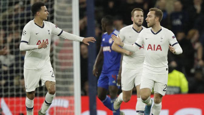 Gelandang Tottenham Hotspur, Dele Alli berselebrasi dengan rekannya Christian Eriksen usai mencetak gol ke gawang Olympiakos pada pertandingan Grup B Liga Champions di Stadion Tottenham Hotspur di London utara (26/11/2019). Tottenham menang telak 4-2 atas Olympiakos. (AP Photo/Matt Dunham)