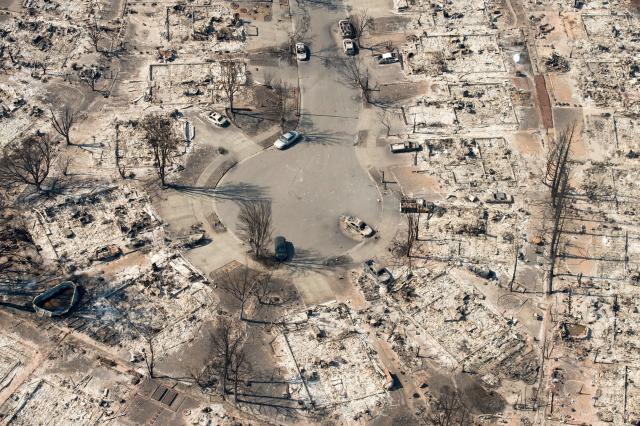 Vecindarios enteros en Santa Rosa fueron convertidos en cenizas por los inmensos incendios que azotan el norte de California. (AFP/Getty Images)