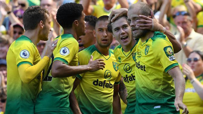 Para pemain Norwich merayakan gol yang dicetak Todd Cantwell ke gawang Chelsea pada laga Premier League di Stadion Carrow Road, Norwich Sabtu (24/8). Norwich kalah 2-3 dari Chelsea. (AFP/Daniel Leal-Olivas)