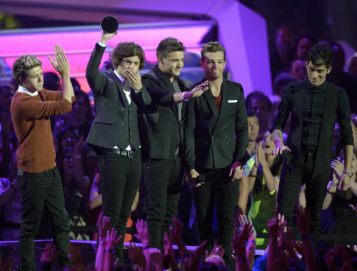 From left, Niall Horan, Harry Styles, Liam Payne, Louis Tomlinson and Zayn Malik, of musical group One Direction, accept the best new artist award at the MTV Video Music Awards on Thursday, Sept. 6, 2012, in Los Angeles. (Photo by Mark J. Terrill/Invision/AP)