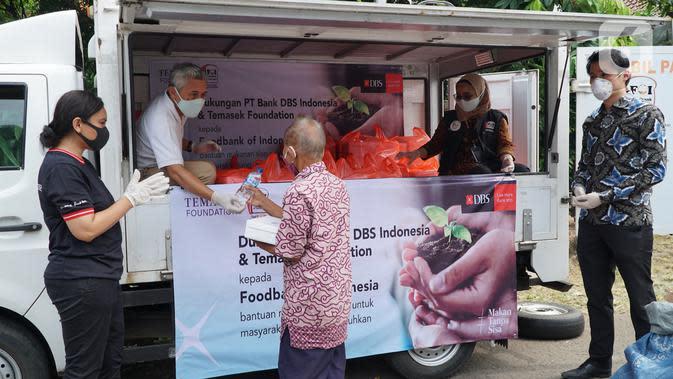 Sekretaris Pertama (Politik) Kedubes Singapura di Jakarta Matthew Chan didampingi Head of Group Strategic Marcomm PT Bank DBS Indonesia menyaksikan bantuan kepada masyarakat terdampak COVID-19 di RPTRA Pesona Manggarai, Jakarta. (Liputan6.com/HO/Isa)