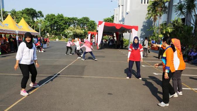 Dispora Kota Surabaya menggelar lomba permainan Gobak Sodor dan Bakiak (Dian Kurniawan/Liputan6.com)