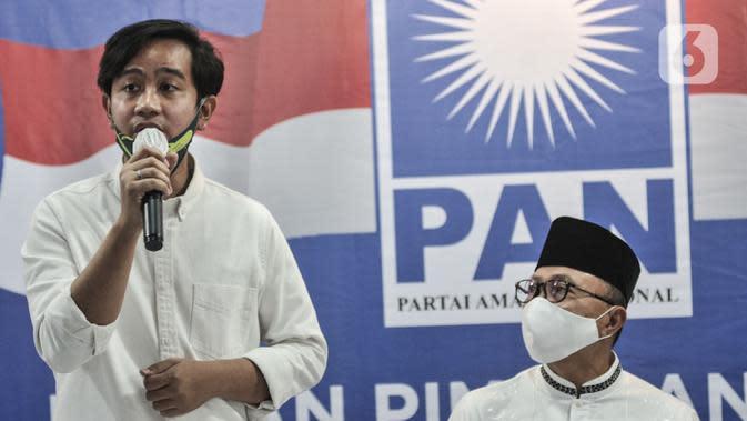 Bakal calon Wali Kota Solo, Gibran Rakabuming Raka (kiri) memberikan keterangan saat penyerahan surat rekomendasi dari PAN di Jakarta, Rabu (12/8/2020). PAN telah resmi memberikan dukungannya kepada Gibran Rakabuming dan Teguh Prakosa pada Pilkada Solo 2020. (merdeka.com/Iqbal Nugroho)