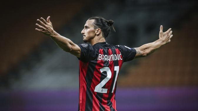 Striker AC Milan Zlatan Ibrahimovic merayakan golnya ke gawang Cagliari pada pekan ke-38 Liga Italia di San Siro, Minggu (2/8/2020) dini hari WIB. (Spada/LaPresse via AP)