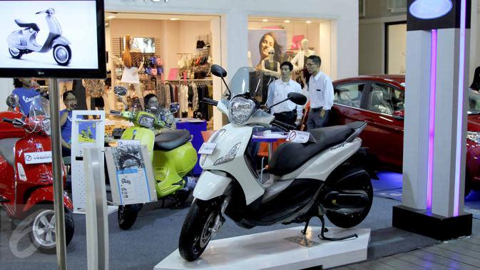 Suasana pameran kendaraan di salah satu pusat perbelanjaan di Bandung, Sabtu (27/6/2015). Pemerintah melalui Bank Indonesia (BI) telah menerbitkan aturan pelonggaran uang muka (DP) untuk kredit kepemilikan kendaraan bermotor. (Liputan6.com/Helmi Afandi)