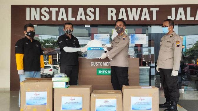 EMTEK Peduli Corona Yang Diwakilkan Kepala Stasiun Transmisi Indosiar & SCTV Semarang Menyalurkan Ribuan APD Kepada RS Bhayangkara Semarang. (EMTEK)