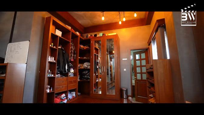 Masih di dalam kamar Sule, beberapa lemari tempat pakaian, dan mainan anaknya yang kecil juga ada di dalam kamar ini. (Youtube/Boy William)