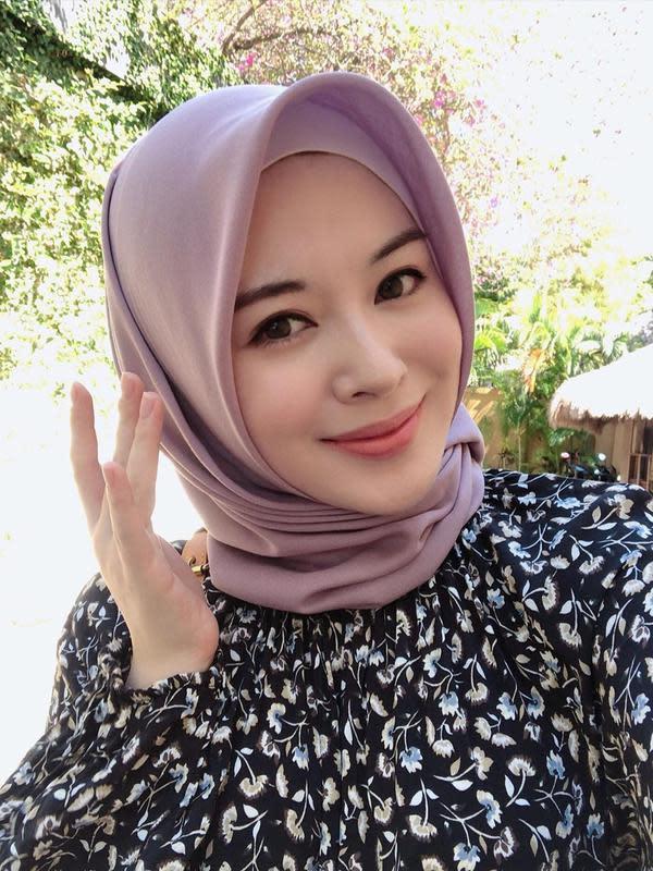 Simak inspirasi hijab bernuansa pastel ala Ayana Moon yang bisa maksimalkan gaya hijab kamu. (Foto: Instagram/ @xolovelyayana).