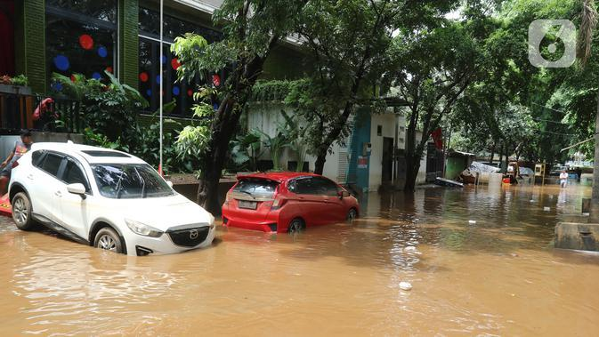 Sejumlah mobil terendam banjir di kawasan Kemang, Jakarta, Kamis (2/1/2020). Banjir yang melanda Jakarta dan sekitarnya mengakibatkan banyak kendaraan terendam air. (Liputan6.com/Herman Zakharia)