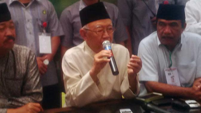 Salahuddin Wahid atau Gus Sholah memberikan keterangan di sela Muktamar NU di Jombang, Jawa Timur. (Liputan6.com/Dian Kurniawan)