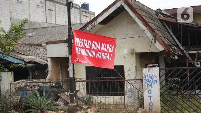Sebuah protes warga terhadap pembangunan flyover terpasang di pinngir jalan kawasan Tanjung Barat, Jakarta, Rabu (15/7/2020). Dalam poster protes tersebut, warga menuntut agar pembayaran pelunasan pembebasan lahan segera diselesaikan secara serentak. (Liputan6.com/Immanuel Antonius)