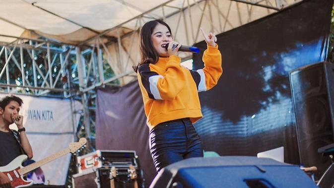 Chilla memulai debutnya sebagai penyanyi dengan merilis single pertamanya bertajuk 'Ku Cinta Nanti' pada 2018 lalu. (Liputan6.com/IG/@ashirazamita)