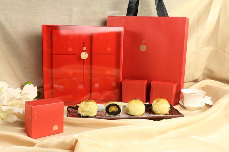 星享道酒店的中秋禮盒,是以台灣新銳藝術家作品延伸出成熟的珠寶盒,內裝如同珠寶般的人氣蛋黃酥。星享道酒店/提供